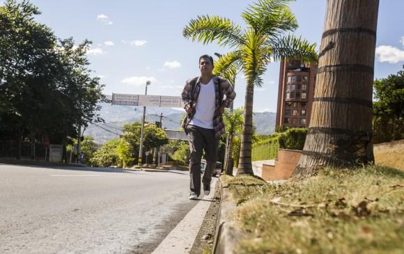 1. Germán Javier Boscán recorre las calles de La Ceja. 2 y 3. La crítica atención a enfermos y góndolas vacías muestran las dificultades que viven, a diario, los venezolanos. FOTO Carlos Velásquez y agencias
