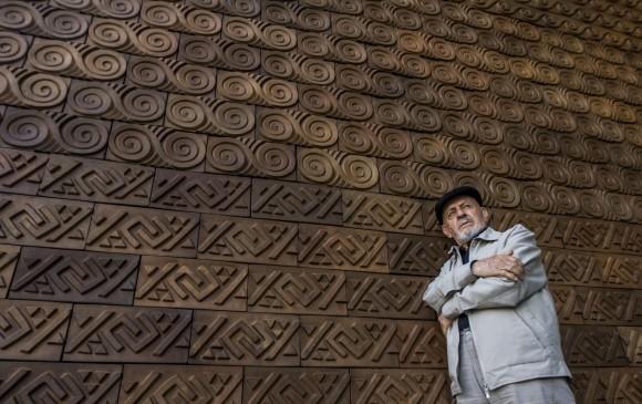 La pieza, dedicada a los cuatro elementos, está ubicada a la entrada de la institución. Le parece que este es el momento para que las personas la entiendan. FOTO Julio César Herrera.