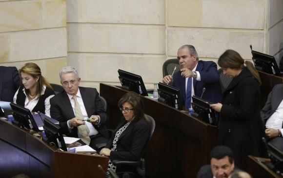 La senadora Paola Holguín, siempre está a la derecha del expresidente Uribe en el Congreso. Aunque el Centro Democrático aumentó su número de alcaldías, gobernaciones, concejales y diputados, Uribe aceptó que perdió en grandes ciudades. FOTO Colprensa