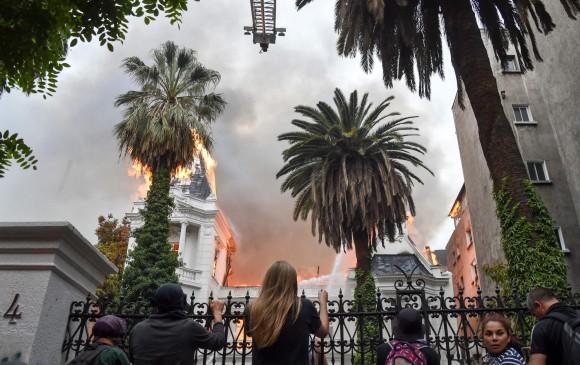 Manifestantes atacaron la Embajada Argentina en Chile