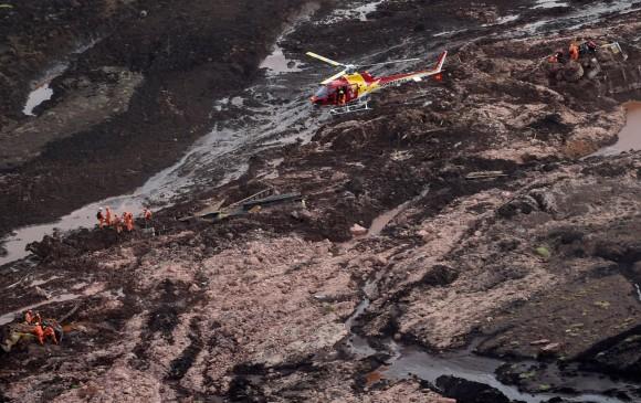 Rescatistas buscan sobrevivientes entre el lodo. FOTO AFP