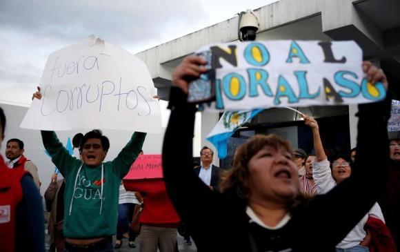 El domingo, tras detener al colombiano Yilen Osorio, guatemaltecos fueron al aeropuerto a rechazar la decisión. FOTO reuters