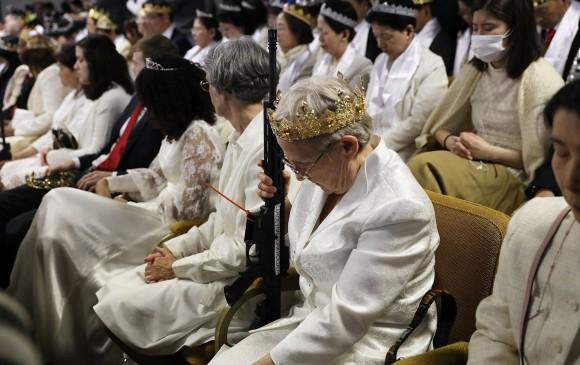 La comunidad no se despega de sus armas personales. Foto: AFP.