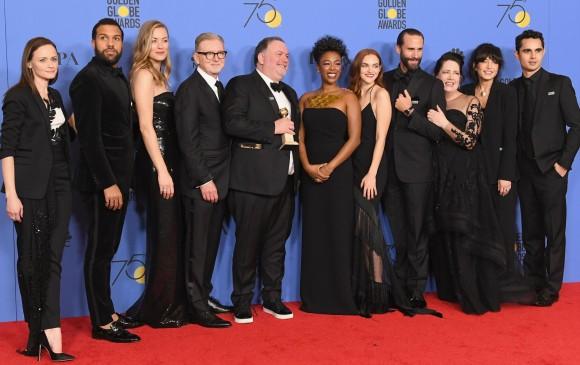 El elenco de The Handmaid's tale celebran haber ganado como Mejor Serie dramática. FOTO AFP