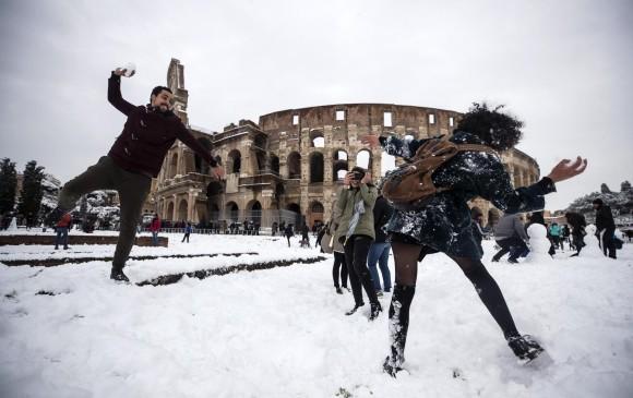 La tormenta invernal llegó tan al sur que cubrió con una gruesa capa de nieve los puntos más emblemáticos de la capital italiana. FOTO EFE