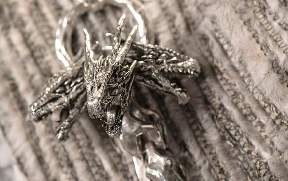 Este es el broche con el dragón de tres cabezas que acompaña el abrigo. FOTO Cortesía HBO