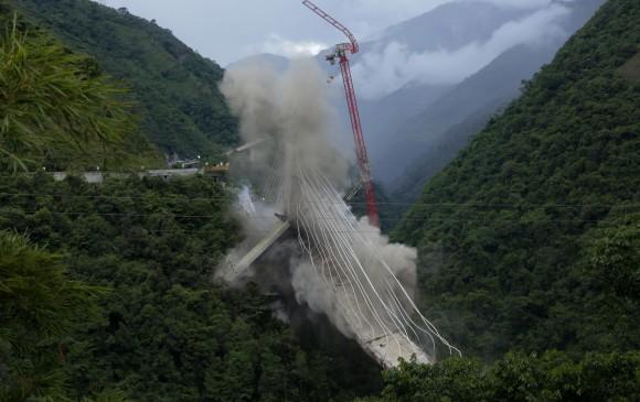 La Concesionaria Vial de los Andes (Coviandes) realizó, a través de la firma Demoliciones Atila, la implosión del pilar C del Puente de Chirajara. Se utilizaron 200 kilos de explosivos. FOTO colprensa