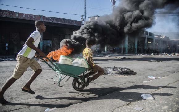 Las protestas en Haití que comenzaron el pasado viernes y el paro del sector transportador del lunes y el martes, dejaron pérdidas económicas y daños en la infraestructura. FOTO EFE