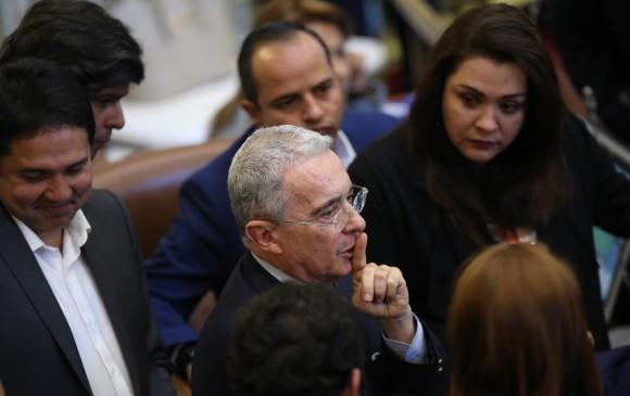 El expresidente Uribe dijo que no le incomoda que lo hayan interceptado por error o en cumplimiento de deberes legales. FOTO COLPRENSA