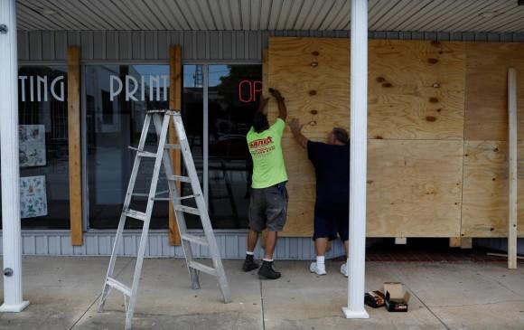 Dorian causa destrozos en Bahamas y sigue su rumbo a EEUU