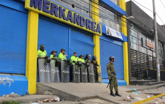 Desordenes en el sur de Bogotá por intento de saqueo en supermercados  Merkandrea 5f60148a79b