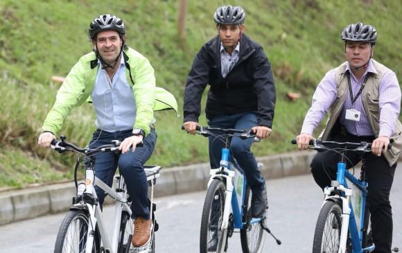 El alcalde de Medellín Federico Gutiérrez llegó a su despacho en la Alpujarra en bicicleta. FOTO ALCALDÍA DE MEDELLÍN