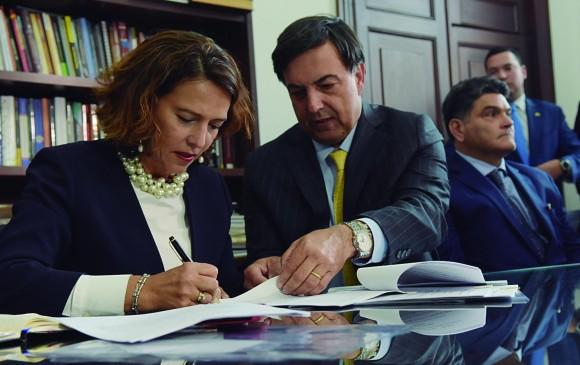 La ministra del Interior, Nancy Patricia Gutiérrez, y el registrador nacional, Juan Carlos Galindo, radicaron proyectos. FOTO cortesía