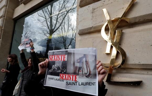 Personas protestan afuera de un almacén de YSL en París. FOTO Reuters
