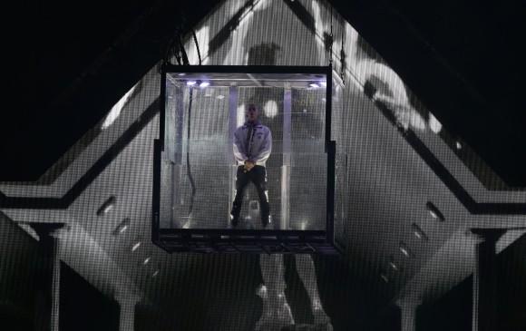 El artista empezó su actuación, minutos antes de lo previsto, metido en una inmensa caja de cristal. FOTO COLPRENSA