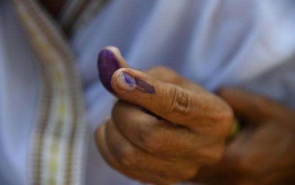 Se cortó un dedo por equivocarse al votar