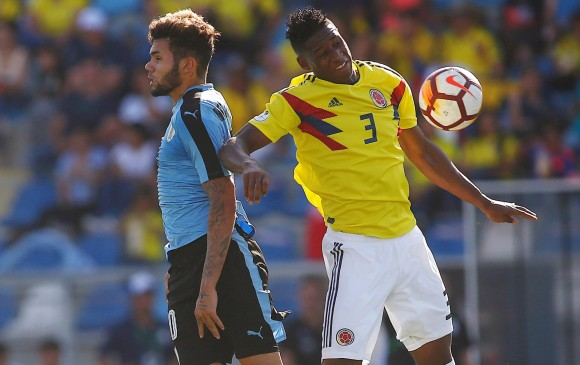 Andrés Reyes (Colombia) y Nicolas Schiapicsse (Uruguay) en el duelo que terminó 0-0. FOTO EFE