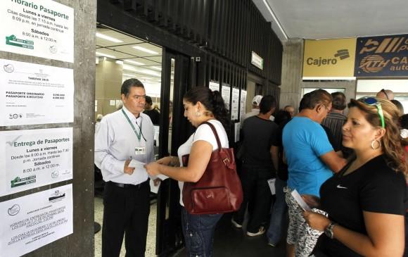 Pese a nuevas taquillas citas de pasaportes siguen for Horario oficina naviera armas arrecife