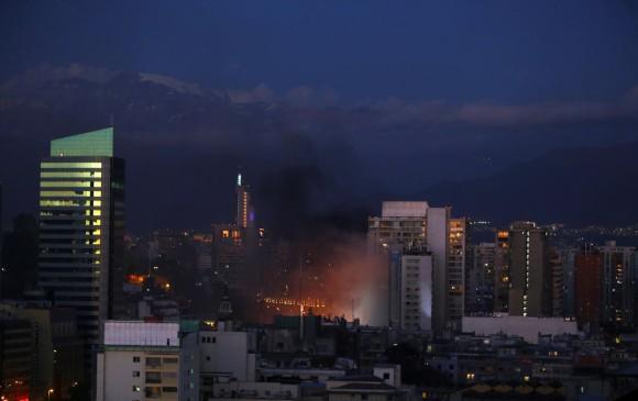 Incendio en protestas en Chile. FOTO: REUTERS