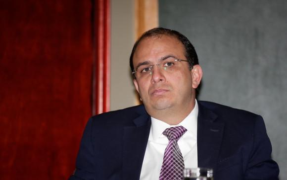 Congreso acepta renuncia de Carlos Camargo al CNE