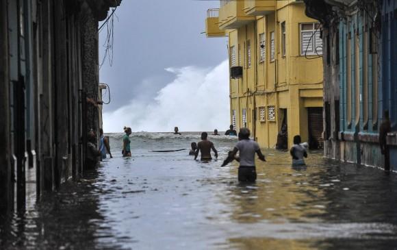 """El huracán dejó a Cuba con """"severas"""" inundaciones costeras por todo el litoral norte del occidente. Esta foto es de La Habana."""