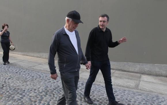 El periodista junto a Mario Vargas Llosa. FOTOS Kim Manresa