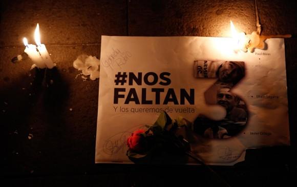 Piezas de las personas que se concentraron en la Plaza Grande de Quito, Ecuador a pedir por la vida de los periodistas secuestrados. FOTO EFE