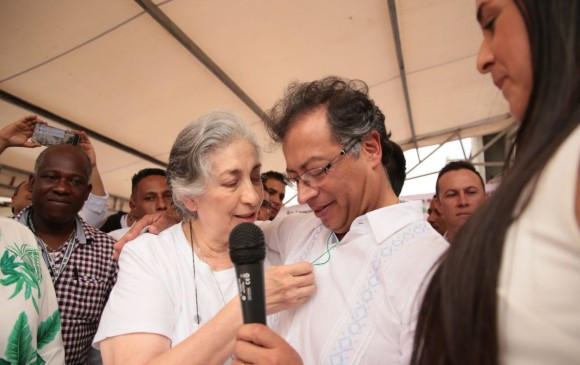 La mamá de Claudia Gurisatti, el apoyo que recibió Petro en tarima