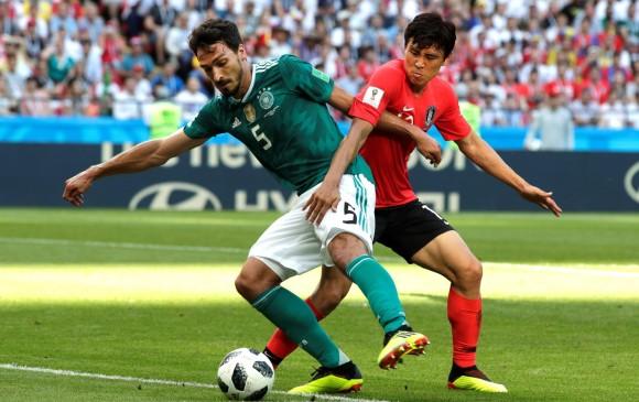 Mats Hummels, de verde, en el partido ante Corea del Sur. FOTO EFE