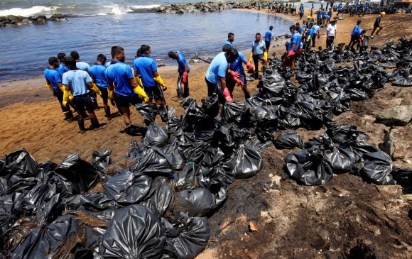 Imagen de archivo de personas limpiando el mar en Sri Lanka tras fuga de aceite de una tubería. FOTO: EFE