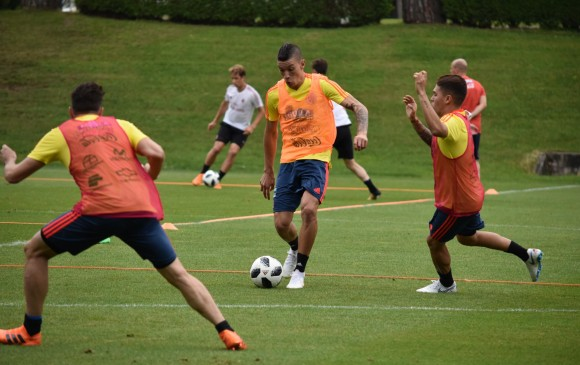 En la imagen aparecen los volantes Mateus Uribe y Juan Fernando Quintero, jugadores que buscan la consolidación en el proceso rumbo al Mundial de Catar-2022. FOTO cortesía fcf
