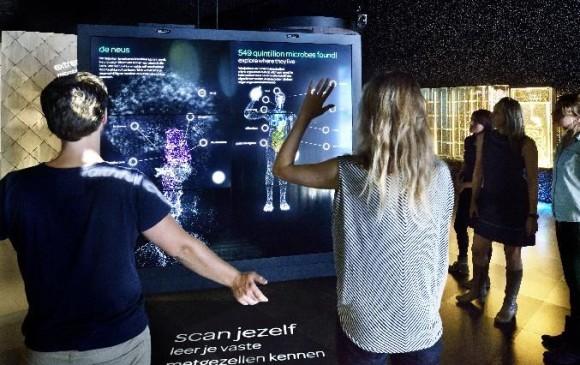 Usted puede escanear en el museo Artis Micropia dónde tiene microbios en el cuerpo. FOTO AFP/Maarten Van Der Wal
