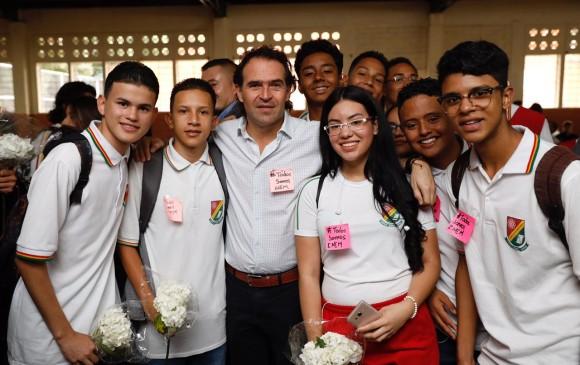 Con flores blancas y el numeral #TodosSomosInem participaron los estudiantes del acto. FOTO CORTESÍA ALCALDÍA DE MEDELLÍN