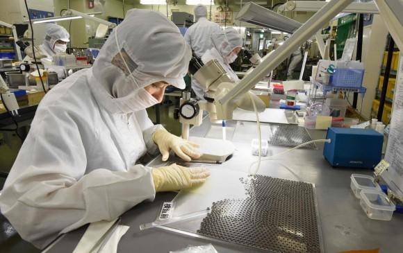 El ambiente de esta compañía es esterilizado. Los empleados deben trabajar con uniformes blancos, usar guantes, mascarilla y gorro para evitar algún sucio en los rodamientos. FOTO AFP