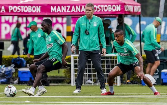 Déiver con el balón, en una de las prácticas de Atlético Nacional. También aparecen el técnico Autuori y Lucumí. FOTO jaime pérez