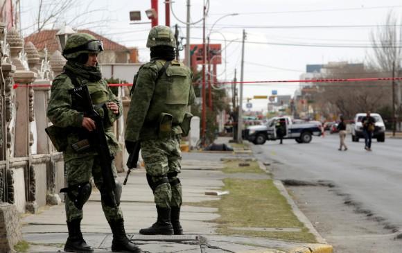 Soldados mexicanos en una escena del crimen en Juárez, una de las ciudades con mayor tasa de homicidios. FOTO REUTERS