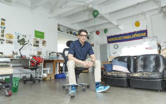 Jorge Julián en su taller, ubicado en una zona céntrica de El Poblado. Su espacio es completamente abierto y aireado.