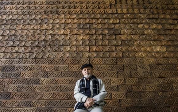 Jaramillo fue docente durante gran parte de su vida y aún disfruta hablar sobre los significados detrás de su arte. Foto: Julio César Herrera.