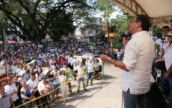 El candidato Gustavo Petro estuvo de paso ayer por el municipio de Puerto Berrío, en el Magdalena Medio antioqueño. FOTO CORTESÍA CAMPAÑA