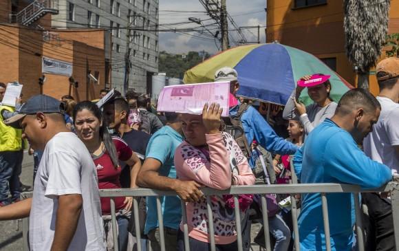 Venezolanos reunidos en la bodega de Comfama, ubicada en la calle 34 # 45A-18, sector conocido como El Perpetuo Socorro, para participar en la primera feria de empleo hecha para ellos y otros migrantes. Foto: Santiago Mesa Rico