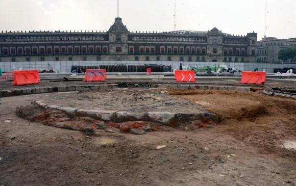 Arqueólogos hallan plataforma circular en el Zócalo capitalino