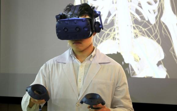 El equipo de profesores de la Universidad de Medicina de Taipei desarrollará más cursos de realidad virtual para los estudiantes durante todas las etapas de los cursos de anatomía. FOTO: cortesía HTC