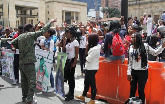 Grupos de esta comunidad protestaron en la Plaza de Bolívar por la muerte de dos jóvenes en la localidad de Ciudad Bolívar. FOTO COLPRENSA