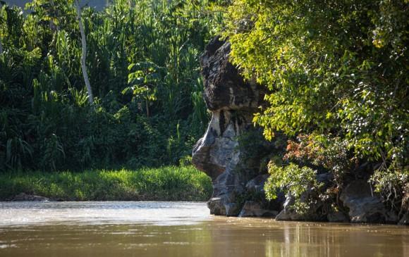El balneario Cara de santo tiene una roca que asemeja un rostro. En verano el río tiene un tono verdeazul. La foto es de un día lluvioso.
