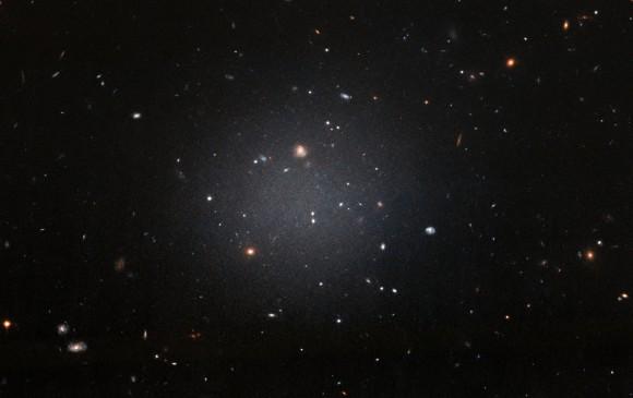 La galaxia es muy difusa, permite ver otras detrás que están más alejadas. Se encuentra en dirección a la constelación el Cetus (la ballena) y plantea nuevas hipótesis sobre la formación galáctica. FOTO hubble