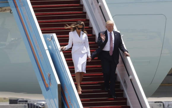 Melania vuelve a rechazar ser agarrado por Trump en acto público