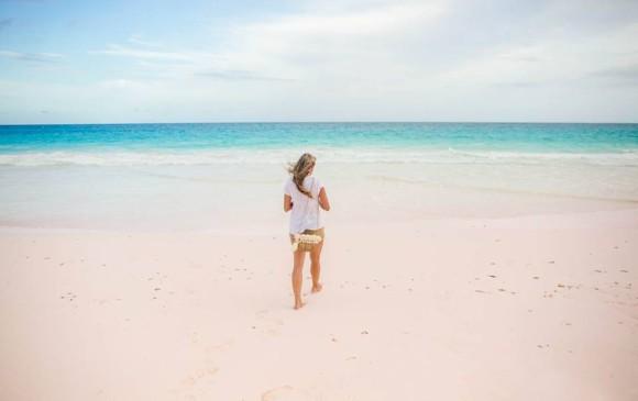 Las playa de arena rosada es un fenómeno producido por insectos coralinos (foraminíferos) que se mezclan con la arena y trozos de coral.