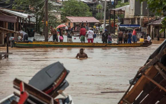 Inundaciones dejan dos muertos y un herido en selvática región colombiana