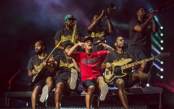 Bruno Mars y los Hooligans, su banda. FOTO Colprensa