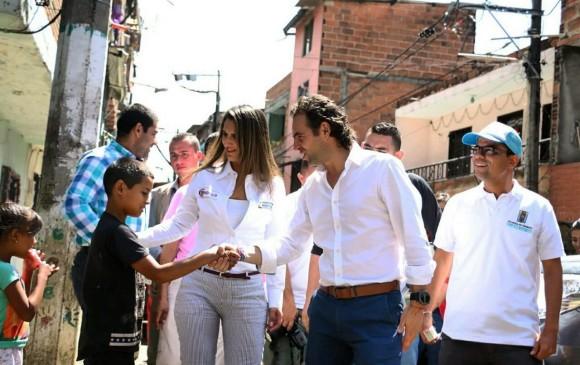 La ministra de Educación, Yaneth Giha; el alcalde, Federico Gutiérrez; y el secretario de Educación, Luis Guillermo Patiño, recorrieron el barrio Moravia captando niños. FOTO cortesía alcaldía medellín